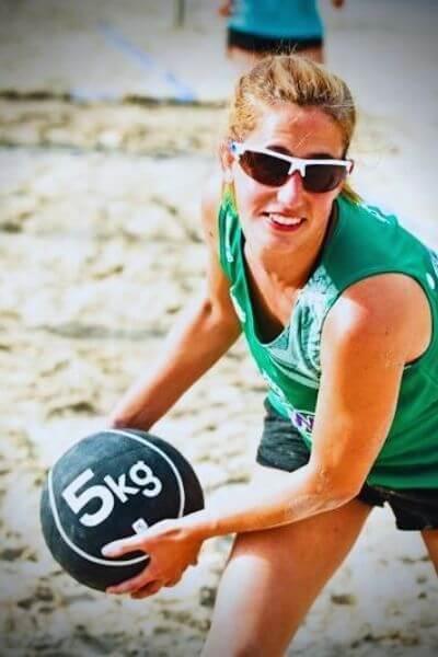 Participante del training Bvaw entrenando con una pelota de 5kg.